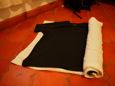 Peras baju ala gulung handuk