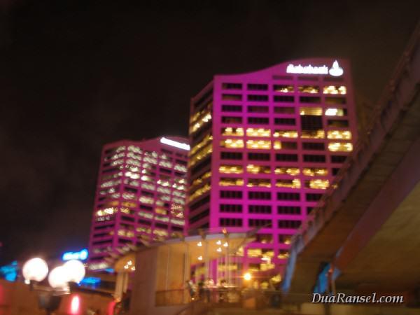 Gedung Rabobank disinari lampu merah muda