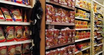 Rak Indomie rasa sate di sebuah supermarket di Sydney