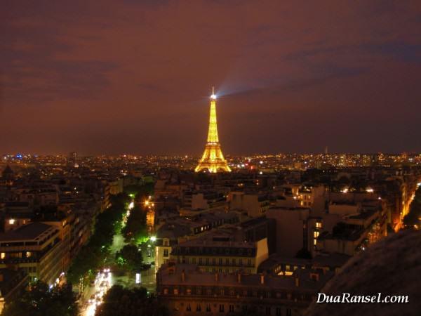 Menara Eiffel di tengah kota Paris, dipotret dari Arc de Triomphe