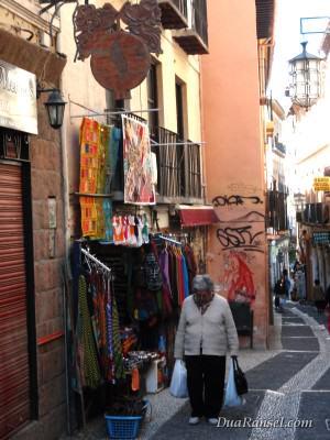 Cobblerstone alias jalan berbatu di Granada, Spanyol.