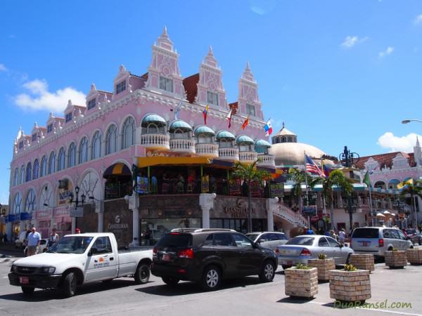 Gedung pink di Oranjestad, ibukota Aruba