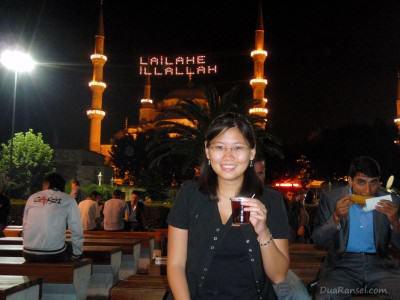 Turki: Pasar malam bulan suci Ramadan di sebelah Blue Mosque