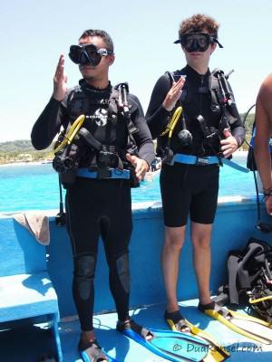 Robot dance sebelum scuba diving di Roatan, Honduras