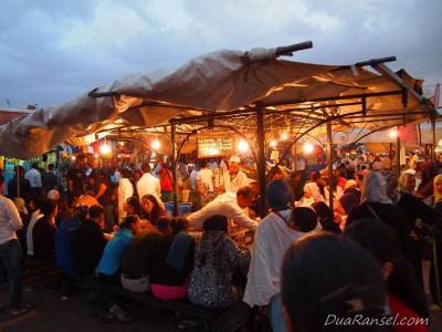Warung laris manis di Jemaa el-Fnaa - Marrakesh, Maroko