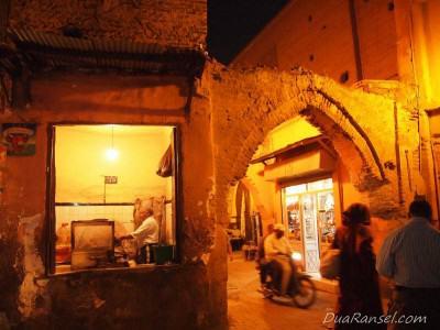 Memasak makanan kecil (kiri) - Marrakesh, Maroko