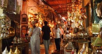 Kerajinan logam di souq - Marrakesh, Maroko