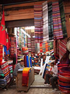 Jualan kain di souk - Marrakesh, Maroko