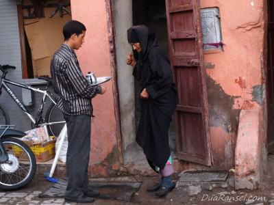 Perempuan tua menerima teh - Marrakesh, Maroko