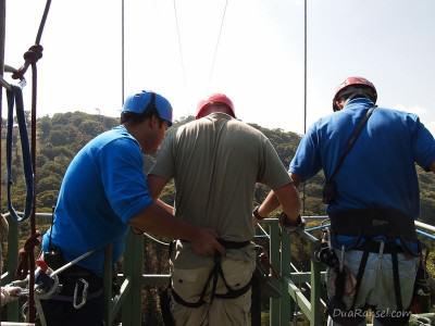 Persiapan melompat Tarzan swing - Tur zip-line kanopi, hutan hujan-pegunungan Monteverde, Kosta Rika