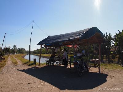 Warung teh di pinggir sungai di Ngunut