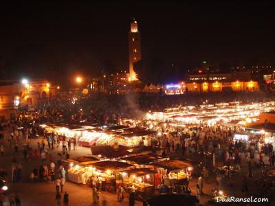 Alun-alun Jemaa el-Fnaa dan menara Masjid Koutoubia, Marrakesh, Maroko