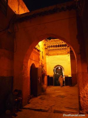 Meninggalkan mushola selesai shalat (Marrakesh, Maroko)