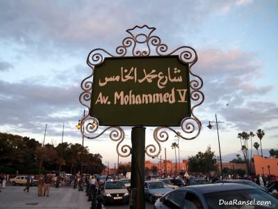 """Papan nama jalan """"Av. Mohammed V"""" (Marrakesh, Maroko)"""