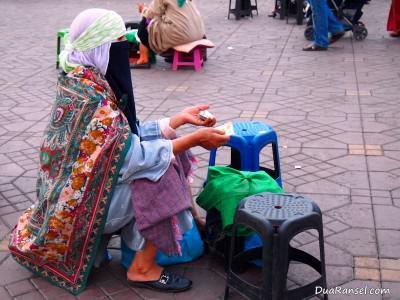 Peramal nasib di alun-alun Jemaa el-Fna, Marrakesh, Maroko