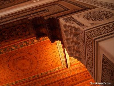 Lengkungan kolom di Bahia Palace, Marrakesh, Maroko