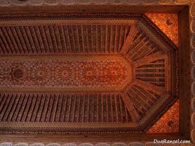 Ornamen langit-langit di Bahia Palace, Marrakesh, Maroko