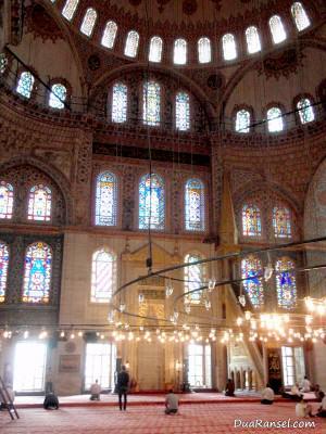 Ruang utama Blue Mosque, Istanbul, Turki