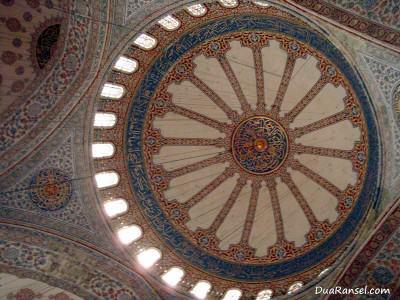 Dekorasi langit-langit Blue Mosque di Istanbul, Turki