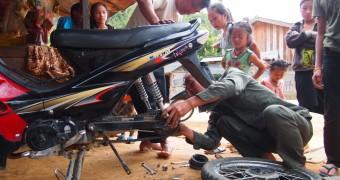 Laos - Vieng Xai - Sepeda motor jebol 2R