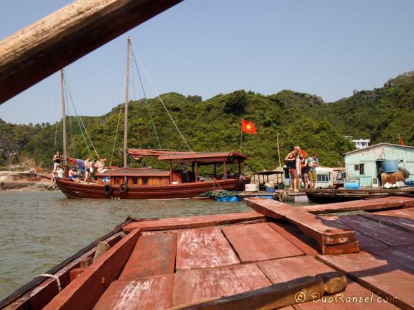 Di atas kapal kayu