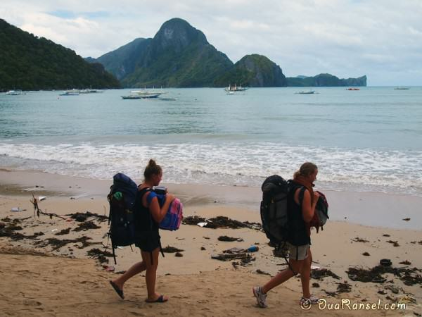 Philippines - El Nido - Backpackers on the beach