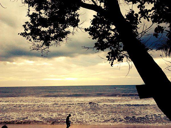 Turnamen Foto Perjalanan: Laut. Pantai Pasir Putih, Carita. © Chandra Iman Lukita