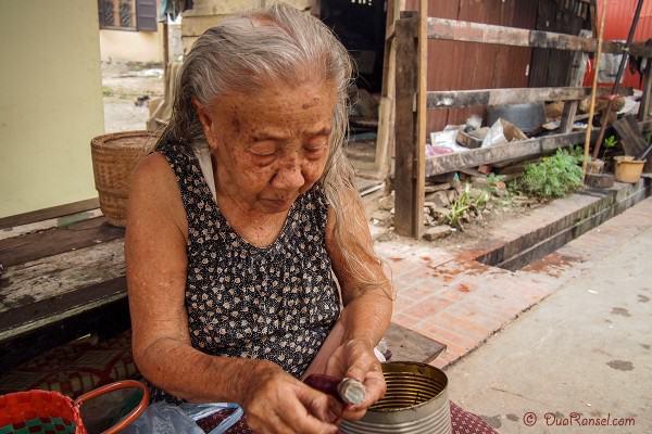 Laos - Luang Prabang - Nenek mengupas ubi