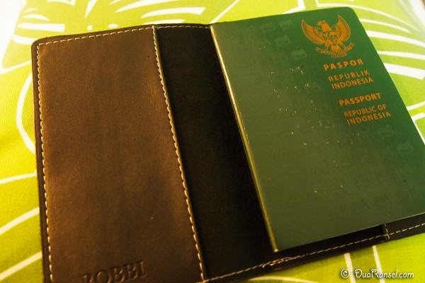 Tips Bawa Paspor 1 - Sampul paspor kaku