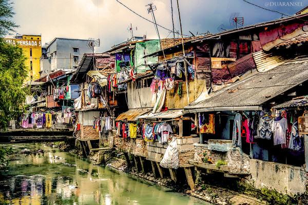 Jakarta - perumahan di atas kali