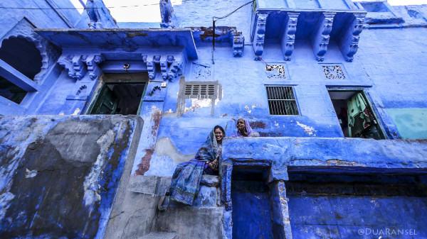 Sari biru, rumah biru, kota biru.