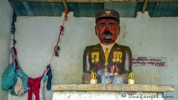 Di dalam shrine, bukannya patung Buddha, namun figure ini. Siapa kah dia? | Kampong Khleang | Xperia Z1