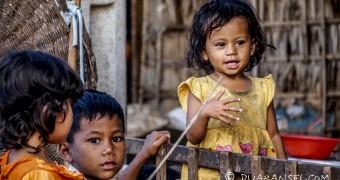 Tiga bersaudara sedang bermain di beranda rumah | Kampong Khleang