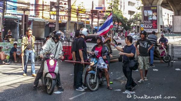 Yellow shirts check point near Rakhamhaeng University Bangkok catch red shirts