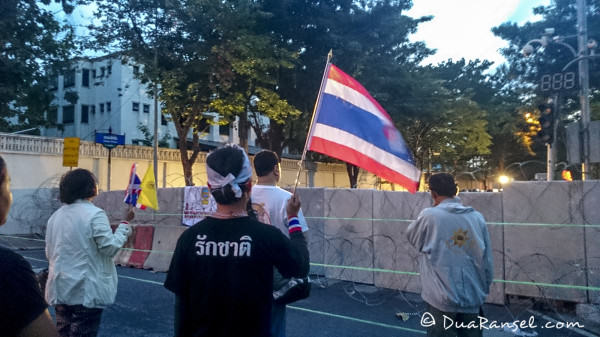 Yellow shirts head to head with police singing Thai national anthem honouring the king - Bangkok Protest 2013 2R