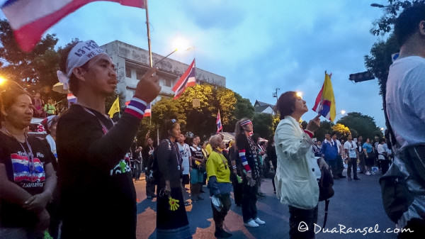 Yellow shirts head to head with police singing Thai national anthem honouring the king - Bangkok Riot 2R