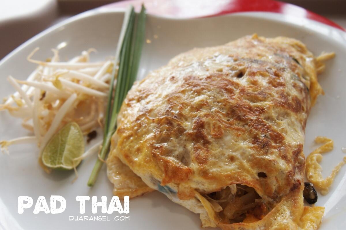 nggak sah untuk bikin list Thai food tanpa pad thai. Pad thai ...