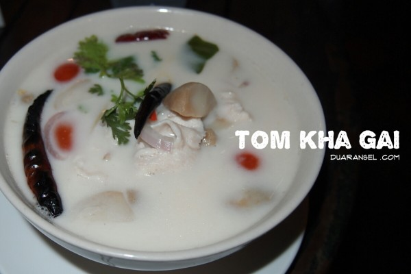 Tom kha kai - Delicious Thai chicken coconut soup